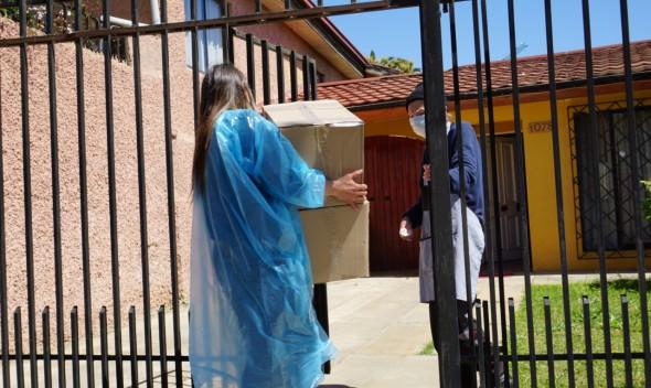 Municipio de Quilpué entrega alimentos y artículos de aseo a mayores de 70 años